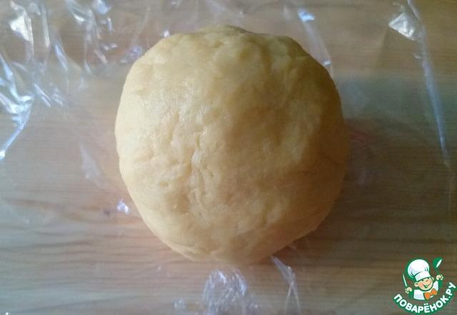 Добавляем натертый сыр и яичный желток, щепотку кайенского перца (можно просто черного) и немного соли (помните, что сыр уже достаточно соленый) - окончательно замешиваем тесто, формируем шар, заворачиваем в пленку и убираем в холодильник на полчаса.