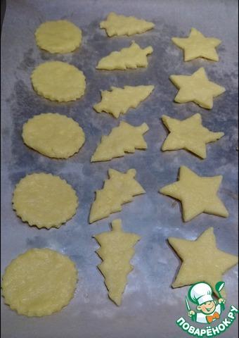 Достаем тесто из холодильника, раскатываем в пласт толщиной около 3 мм, вырезаем фигурки с помощью формочек для печенья.    Лучше выбрать для этих целей тематические новогодние - елочку, звездочку и т. п.