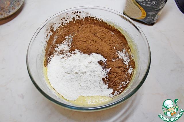 К яично-масляной массе добавить просеянные муку, разрыхлитель, какао-порошок и пряности.    Перемешать.