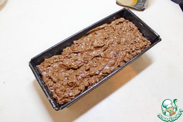Выложить тесто в смазанную форму, разровнять его.   Выпекать при 170 гр около 1 часа.     Если кекс будет пригорать то накрыть его фольгой.    Готовность кекса определить при помощи деревянной спички (лучины), она должна выйти абсолютно сухой.
