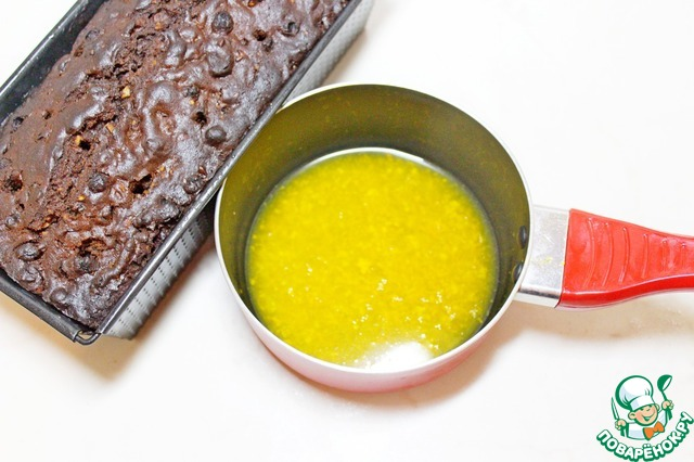С мандаринов выжать сок, снять цедру, довести до кипения.   Вынуть готовый кекс и залить сразу мандариновым соком.     Оставить кекс в форме еще мин на 20.