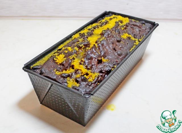 Затем кекс аккуратно вынуть из формы.   Приготовить глазурь.     Для этого растопить на водяной бане шоколад, смешать со сливками и перемешать.    Остывший кекс полить шоколадной глазурью и украсить по желанию.