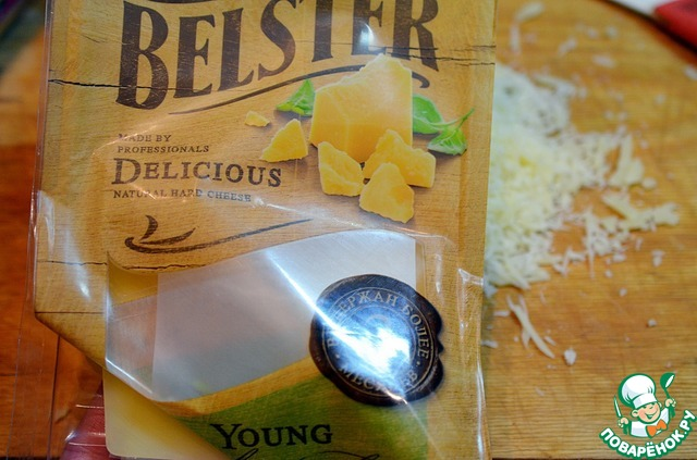 Для сухарной крошки сыр натереть на мелкой тёрке. Я взяла сыр Belster young (Бельстер Янг) Белебеевского Молочного Комбината, выдержанный более 3-х месяцев фирменный твердый сыр премиум-сегмента. Обладает насыщенным, терпким вкусом и пряным ароматом и отлично сюда полходит.