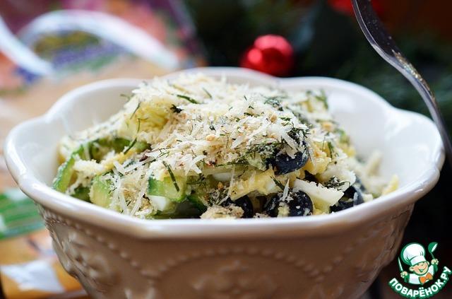 При подаче салат сверху посыпать сухарной крошкой.