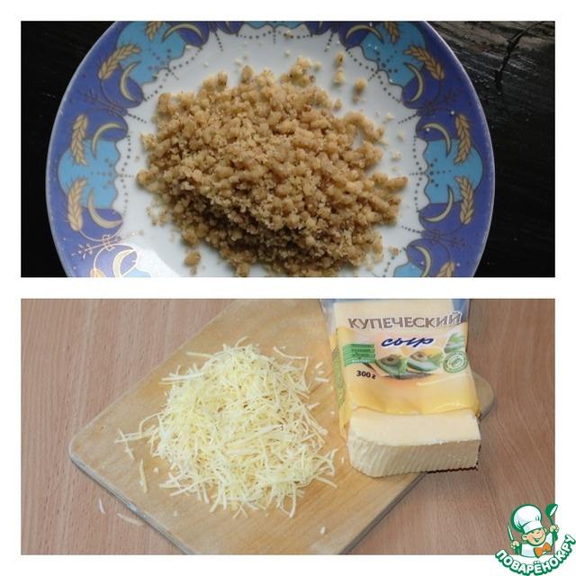 Очищенные грецкие орехи пропустить через мясорубку или измельчить блендером. Сыр натереть на средней терке. Собрать салат слоями:   1) курица    2) лук+майонез    3) изюм    4) морковь+майонез    5) орехи    6) сыр