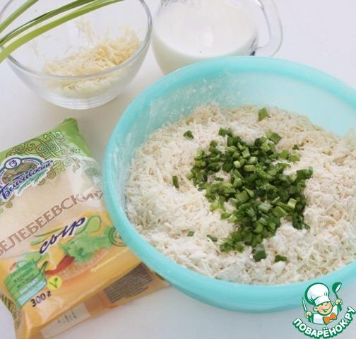 В мучную крошку высыпать натертый сыр, добавить мелко нарезанный зеленый лук. Постепенно, по немножку, добавляя холодное молоко, замесить тесто.