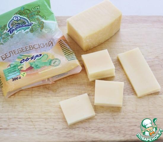 А теперь обещанные сырные сэндвичи. Здесь готовится всё просто, и опять же, вкуснооо!    Нарезать сыр квадратиками или кружками.