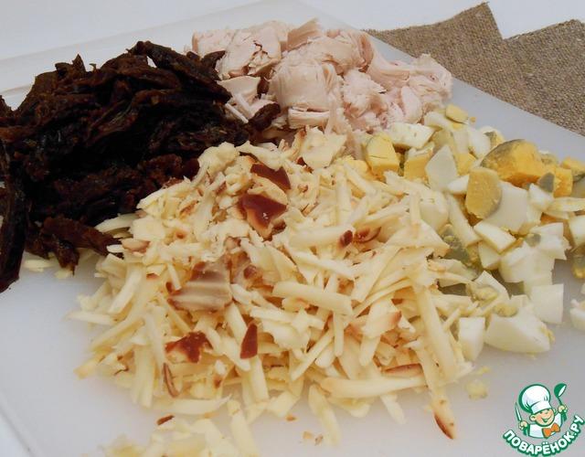 Курицу нарезать поперек волокон, сыр натереть на терке, яйца порубить (или тоже натереть на терке).    Чернослив у меня был некрупный, я его нарезала соломкой.