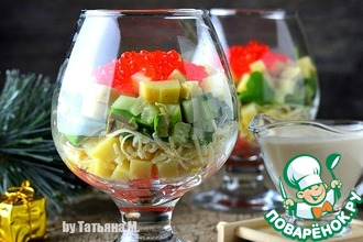Порционный салат с форелью и икрой
