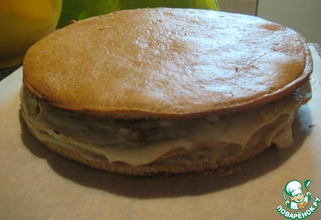 Кладем сверху корж из слоеного теста, снова смазываем кремом, посыпаем орехами.   Сверху кладем медовый корж и чуть прижимаем руками, затем продолжаем собирать торт, чередуя коржи, смазывая кремом и посыпая каждый орехами.