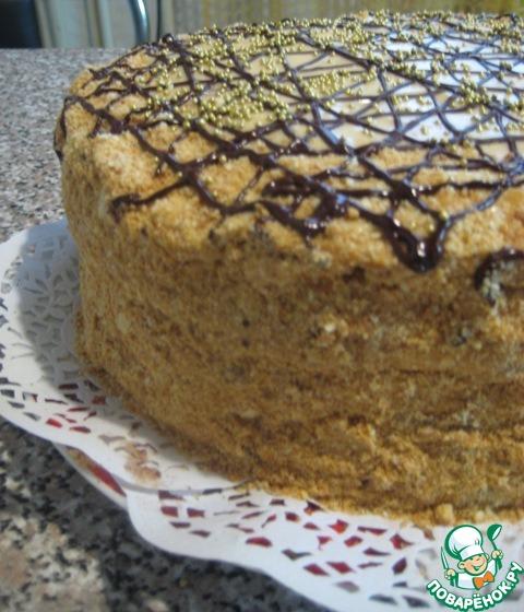 На фото видно как торт осел за ночь.    Смазываем верх и бока торта оставшимся кремом, обсыпаем измельченными в крошку остатками медовых и слоеных коржей.     Украшаем растопленным шоколадом по желанию и настроению)))