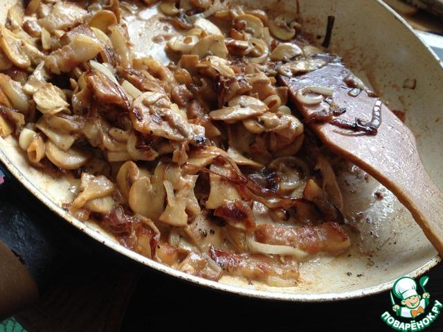 Для начинки:   Лук (один большой или два средних) почистить и нарезать полукольцами, бекон - соломкой, а грибы вымыть и нарезать небольшими ломтиками.     Сначала обжарить лук, добавить буквально щепотку-две сахара — для карамелизации. Затем добавить бекон — чуть обжарить его и грибы! Оставить прожариться все минут 5-7. В конце добавить сливки, хорошо перемешать, посолить, поперчить и убрать с плиты. Дать начинки дать чуть остыть.