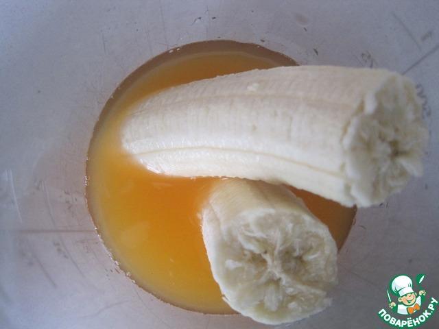 Готовим соус. Смешиваем сок яблока и апельсина и вместе с бананом доводим до однородной консистенции.
