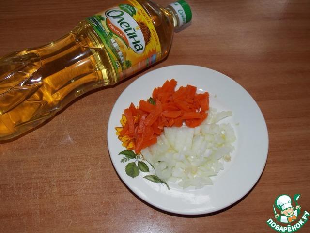 Лук и морковь измельчить.