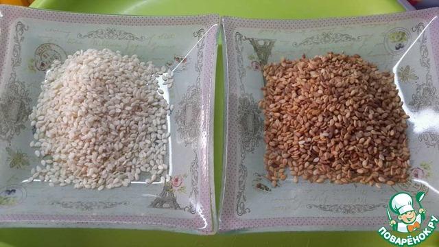 Из кунжутной пасты и с её добавлением, можно изготовить множество блюд, от соуса до печенья, но для начала, нужно приготовить её саму.   Есть 3 варианта:    с мягко выраженным вкусом - готовится из не поджаренного кунжутного семени, с ярко выраженным вкусом - готовится из поджаренного кунжутного семени, и самая полезная - готовится из цельного кунжутного семени.    Итак, приготовим базовую пасту, впоследствии послужащую нам как составляющее других блюд: