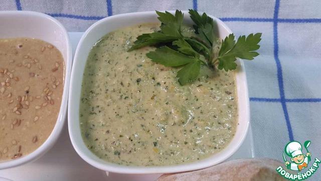 """Второй вид соуса (такой """"салат тхина"""" называется зелёным или друзским) :    В базовую пасту добавить:чеснок, соль, зелень, острый перец (можно чили), лимонный сок, если у вас есть квашенный лимон - даже ещё и лучше, вместо лимонного сока и чили. """"поработать"""" блендером.    Переложить в миску, добавить зиру, воду (по-немногу), перемешать до консистенции густого кефира. Всё, можно украсить порошком паприки или веточкой зелени, подавать с питами, например.    И пусть вам будет вкусно."""