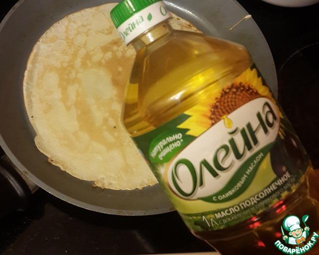 """Из указанных продуктов приготовьте тесто для блинчиков, влейте в него 30 мл масла """"Олейна"""", размешайте. Остальное масло используйте для смазывания сковороды. Испеките блинчики."""