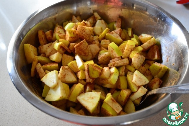 Кекс, как я уже говорила, простой и получается очень большим. Сочетание теста и яблок в нем идеально. Он не получается мокрым, но нежным и воздушным.   Итак, сначала нарезаем кусочками яблоки, посыпаем их корицей и перемешиваем.