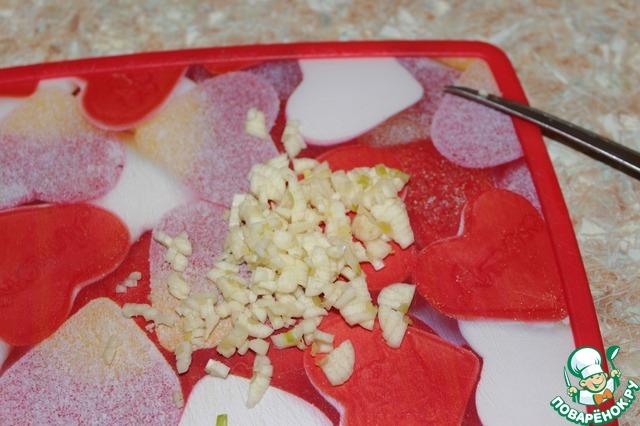 Я режу меленько чеснок, но можно через чеснокодавилку.