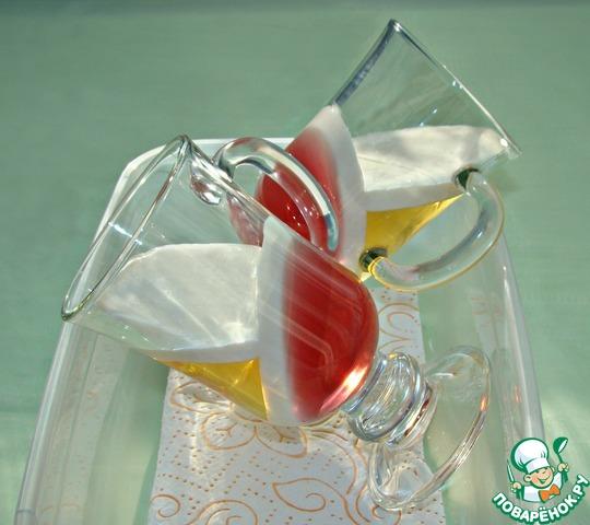 Как только сливки застынут, бокалы перевернуть и уложить под другим углом. Повторить процесс, но уже с апельсиновым желе и слоем сливок. Пока эта часть желе застывает, подготовим желе из киви.
