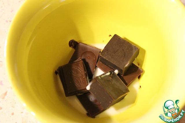 Для соуса:   шоколад положить в миску, добавить молоко и растопить удобным для Вас, способом.