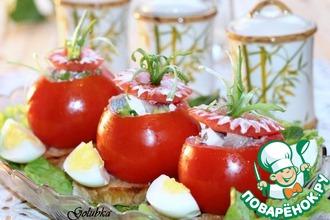 Чесночные сухарики с фаршированными помидорами