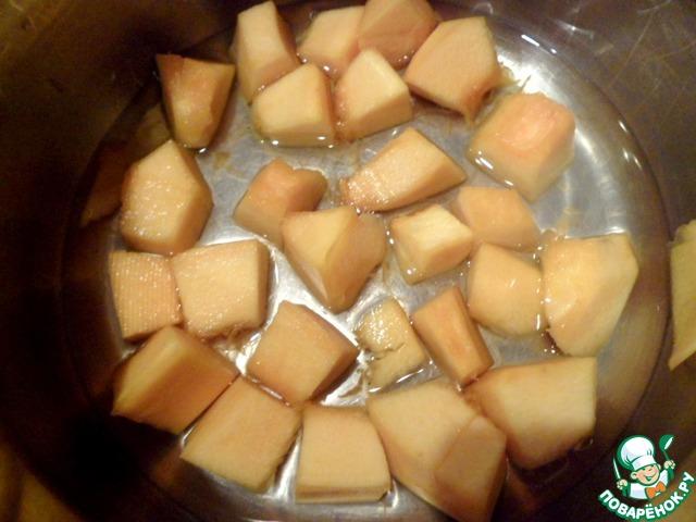 Готовим мусс- тыкву нарезать кубиком и залить 100мл ананасового сока, варить 10-15 минут до мягкости. Измельчить с жидкостью блендером в однородное пюре.