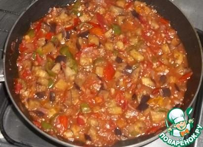 """Для соуса нарезать помидоры, лук, баклажан, перец болгарский, зелень и чеснок. Все овощи потушить в масле с добавлением специй (я использую масло """"Олейна""""), постоянно помешивая, до готовности. В конце приготовления добавить уксус, сахар, соль и острый перец. Прогреть несколько минут."""