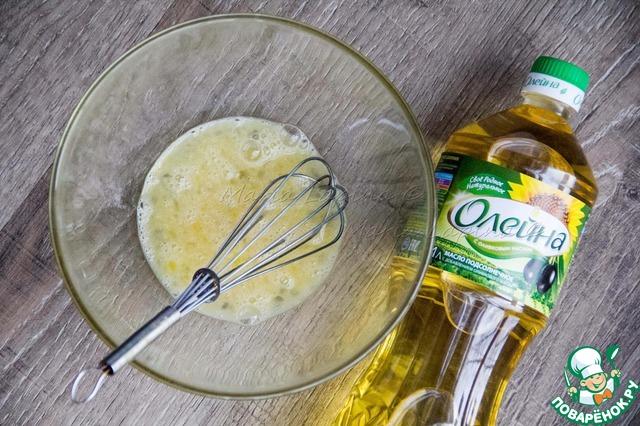 В миску разбить яйцо, добавить соль и взбить венчиком