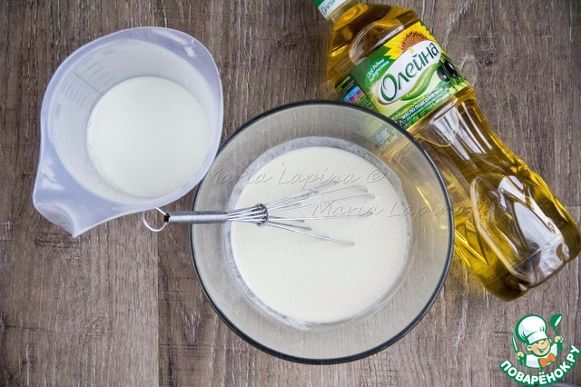 Влить часть молока, перемешать венчиком, чтобы не было комочков