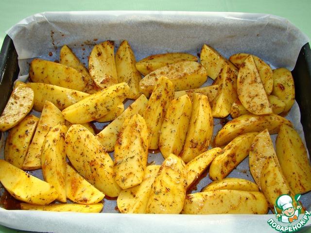 Картофель смешать с маринадом и запечь в разогретой до 180* духовке минут 30.