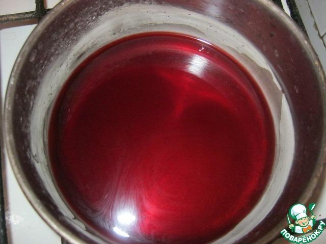 В сотейнике соединить 100 мл вина и сахар.    Поставить на сильный огон и выпарить вино до состояния жидкого соуса