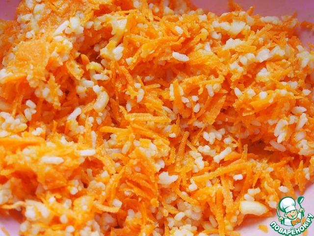 Потом своими сильными руками    пакетик с рисом он открыл,     смешал его с морковью,    луком нарезным.