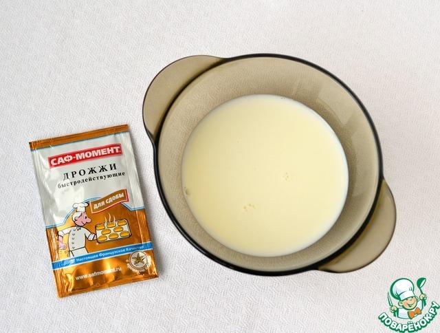 """В теплое молоко добавить дрожжи сухие быстродействующие """"Саф-момент"""" для сдобы, щепотку соли, чайную ложку сахара, перемешать, дайть дрожжам активироваться."""
