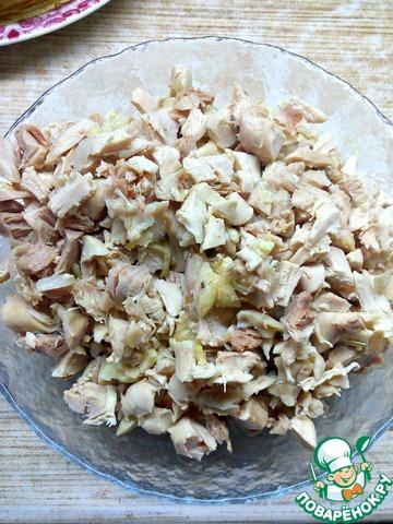 Курицу (или части) отварить в подсоленной воде, остудить и порезать на кусочки. Вместо курицы можно использовать любую начинку.