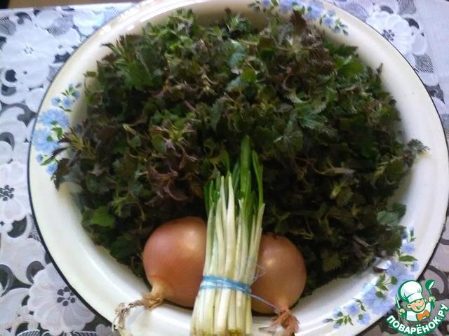 Наши продукты. Крапива в большой миске (10-литров). Тщательно перебираем крапиву от листочков и травинок, моем в нескольких водах. До тех пор пока вода останется чистая.