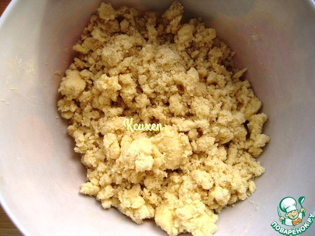 Для песочных корзиночек: смешиваем муку, сахар, соль. Добавляем к этой смеси холодное и нарезанное на кусочки сливочное масло и рубим всё до состояния мелкой крошки.