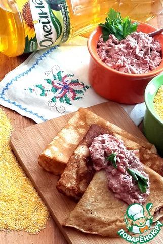Густоту соуса можно регулировать количеством сметаны.   Но он всё же должен быть густым, чтобы не макать в него блины, а наоборот намазывать его толстым слоем на блинчик!     Приятного аппетита!