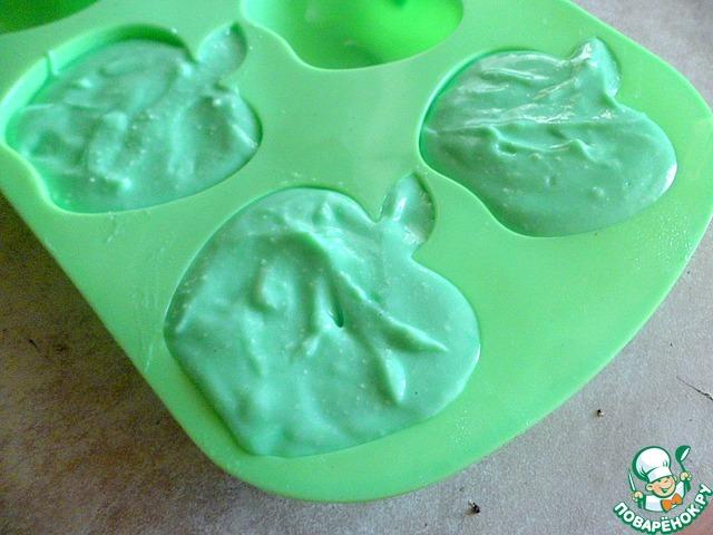 Выложить творожную массу в смазанные растительным маслом формочки, у меня в форме яблок и поставить в холодильник для стабилизации на 2 часа.
