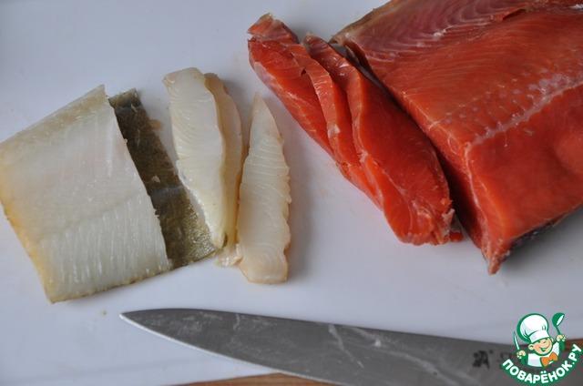 Тонкими слайсами нарезаем филе (без шкуры и костей) малосольного лосося (у меня нерка) и палтуса холодного копчения.