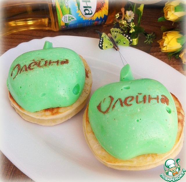 """Через 2 часа достаем из холодильника наши """"яблочки"""" и выкладываем их поверх остывших оладьев. Получилось красиво и очень вкусно!"""