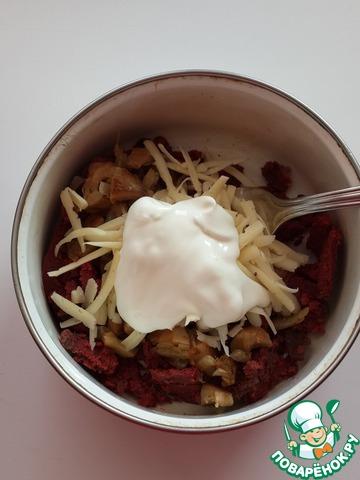 Теперь начните добавлять сметану и вилкой размешивайте соус