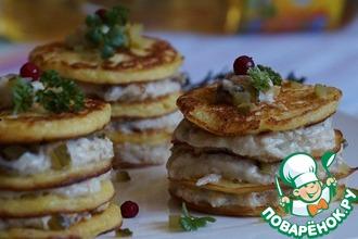 Порционные блинные тортики с индейкой и грибами