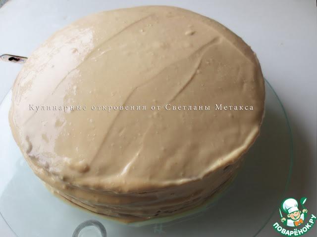 Верхний корж, края торта, также смазать кремом