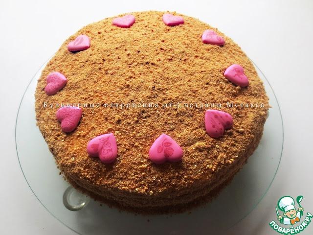 Верх и края торта посыпаем крошкой   Оставляем пропитаться на ночь.    Торт желательно аккуратно накрыть пленкой ( я использовала целлофановый кулек)