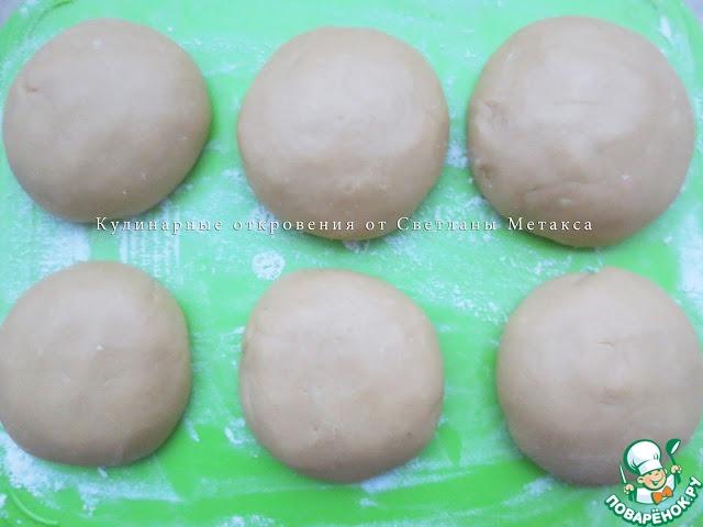 Теплое тесто разделить на 8 одинаковых частей и из каждой части сформировать колобок