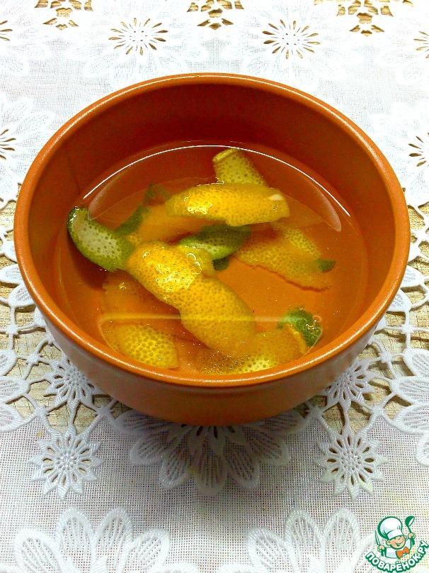Цедру опустить в прохладную кипяченную воду, на время пока готовится соус.
