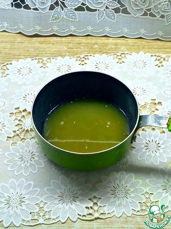Из всех цитрусовых отжать сок и слить в ковш или сотейник. Перец чили (у меня сухой) кинуть в сок и поставить на газ. Выпарить сок до загустения.