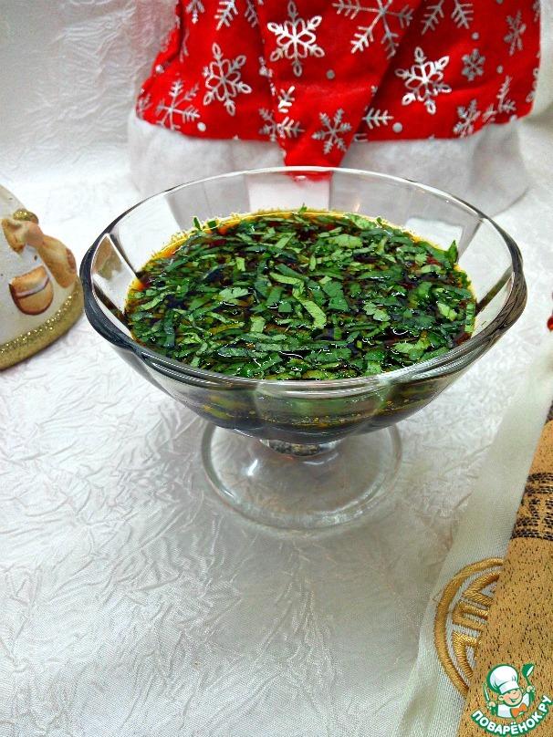 Соус процедить в соусник. Кинзу вымыть, стряхнуть воду, мелко порубить и добавить в соус. Соус можно хранить в холодильнике. Для этого соус надо хранить с цедрой. Перед использованием часть соуса процедить, а оставшийся соус с цедрой оставить храниться в холодильнике.