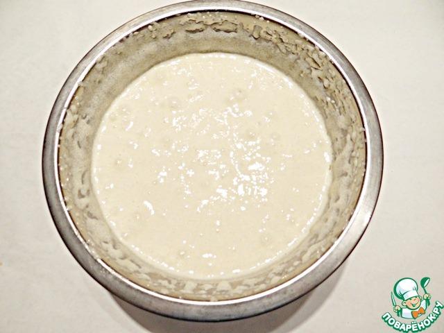 Яйца с сахаром хорошо взбиваю с помощью миксера. Добавляю оливковое масло и снова немного взбиваю массу.